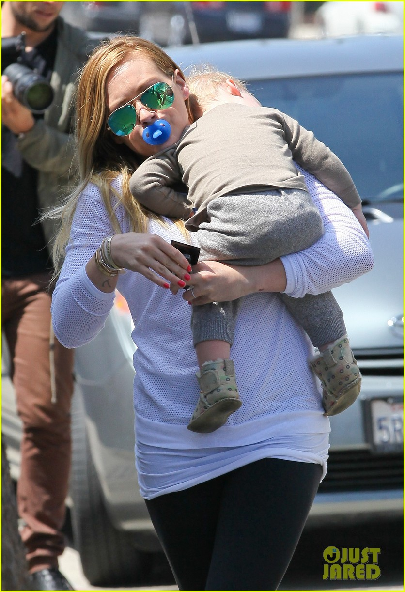 hilary duff la outing with sleepy luca 14