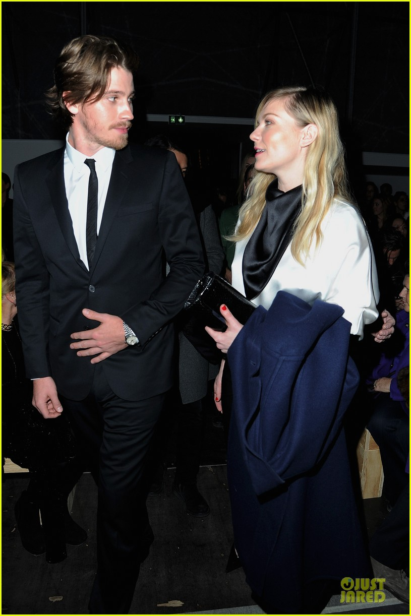 kirsten dunst garrett hedlund saint laurent fashion show 01