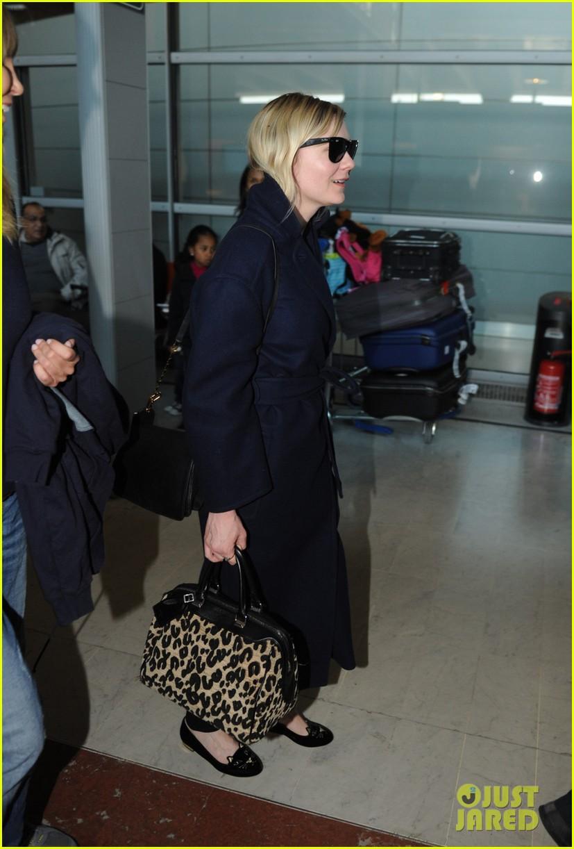 kirsten dunst garrett hedlund paris airport arrival 04