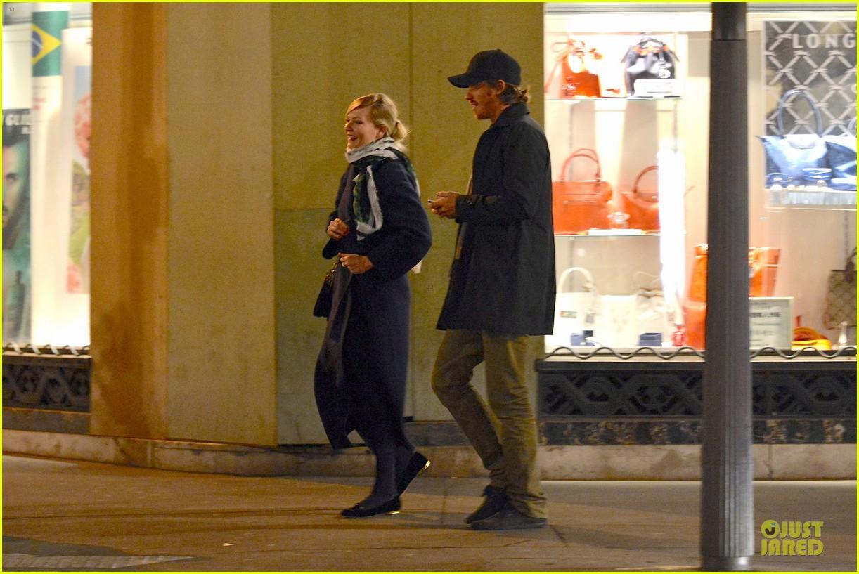 kirsten dunst garrett hedlund paris strolling couple 072825653