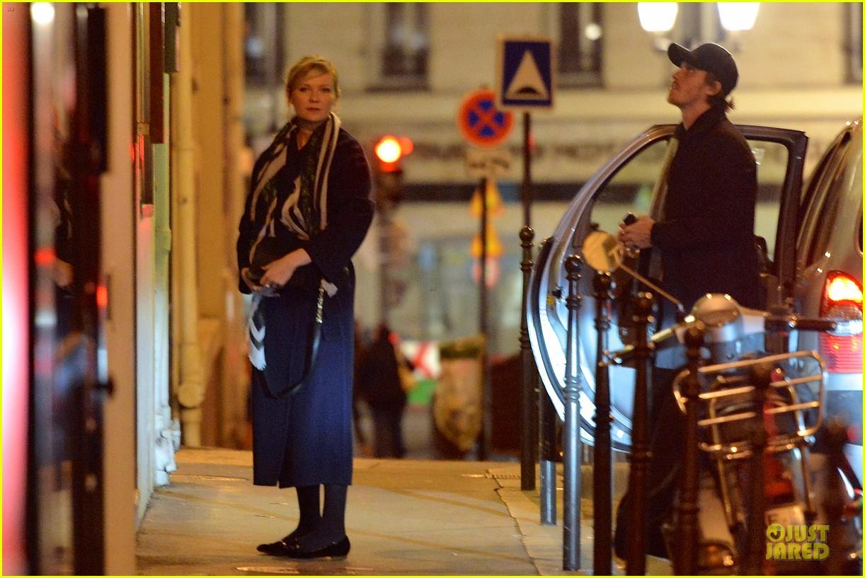 kirsten dunst garrett hedlund paris strolling couple 17