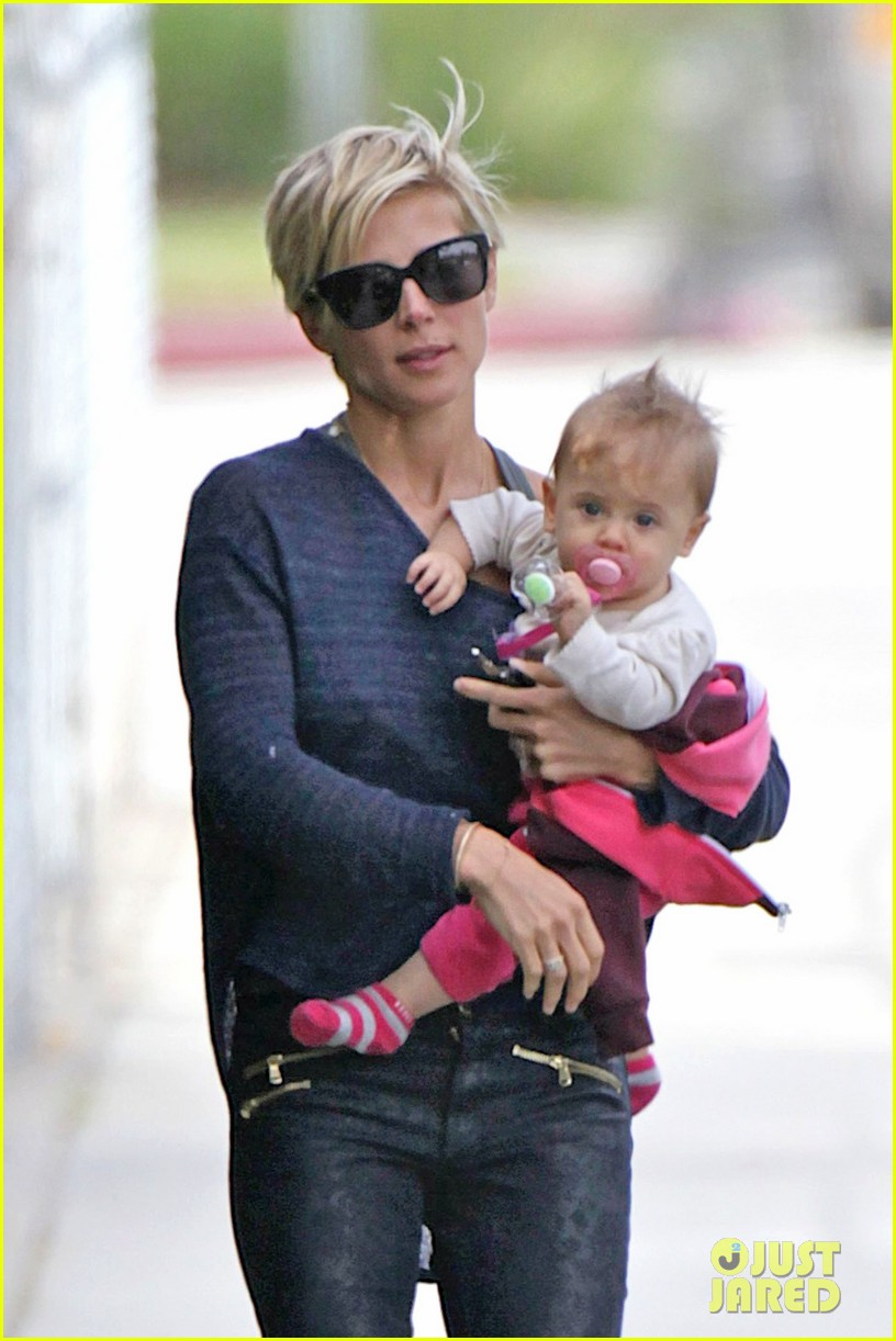 elsa pataky neighborhood stroll with baby india 02