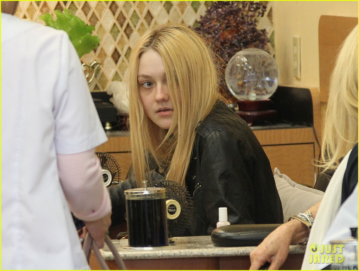 dakota fanning pedicure pampering 07