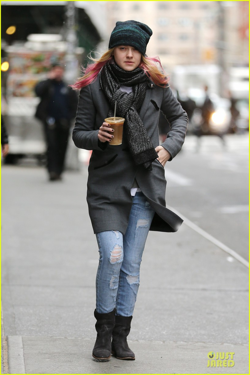 dakota fanning pink hair rockin coffee stop 032837950