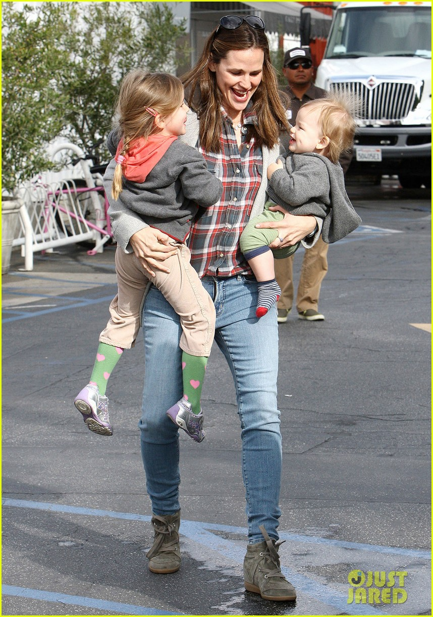 jennifer garner has her hands full with seraphina samuel 072826527