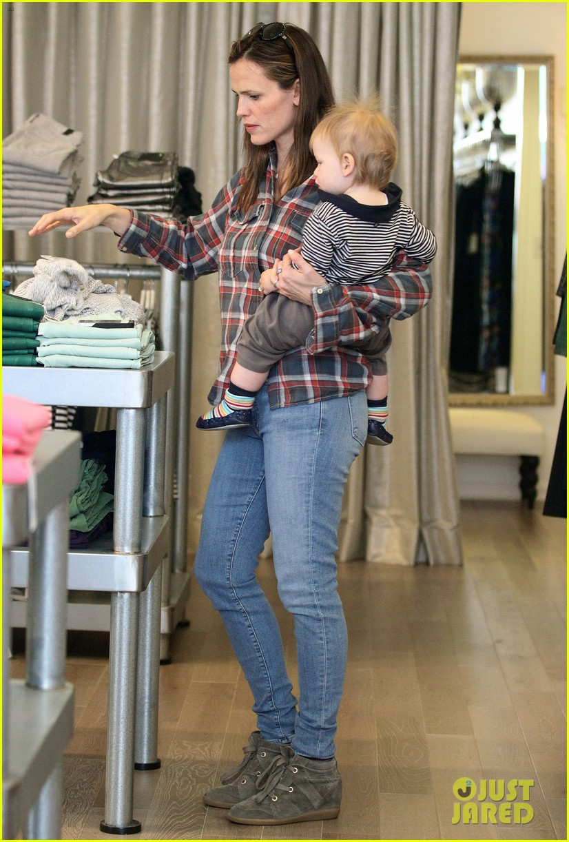 jennifer garner has her hands full with seraphina samuel 132826533