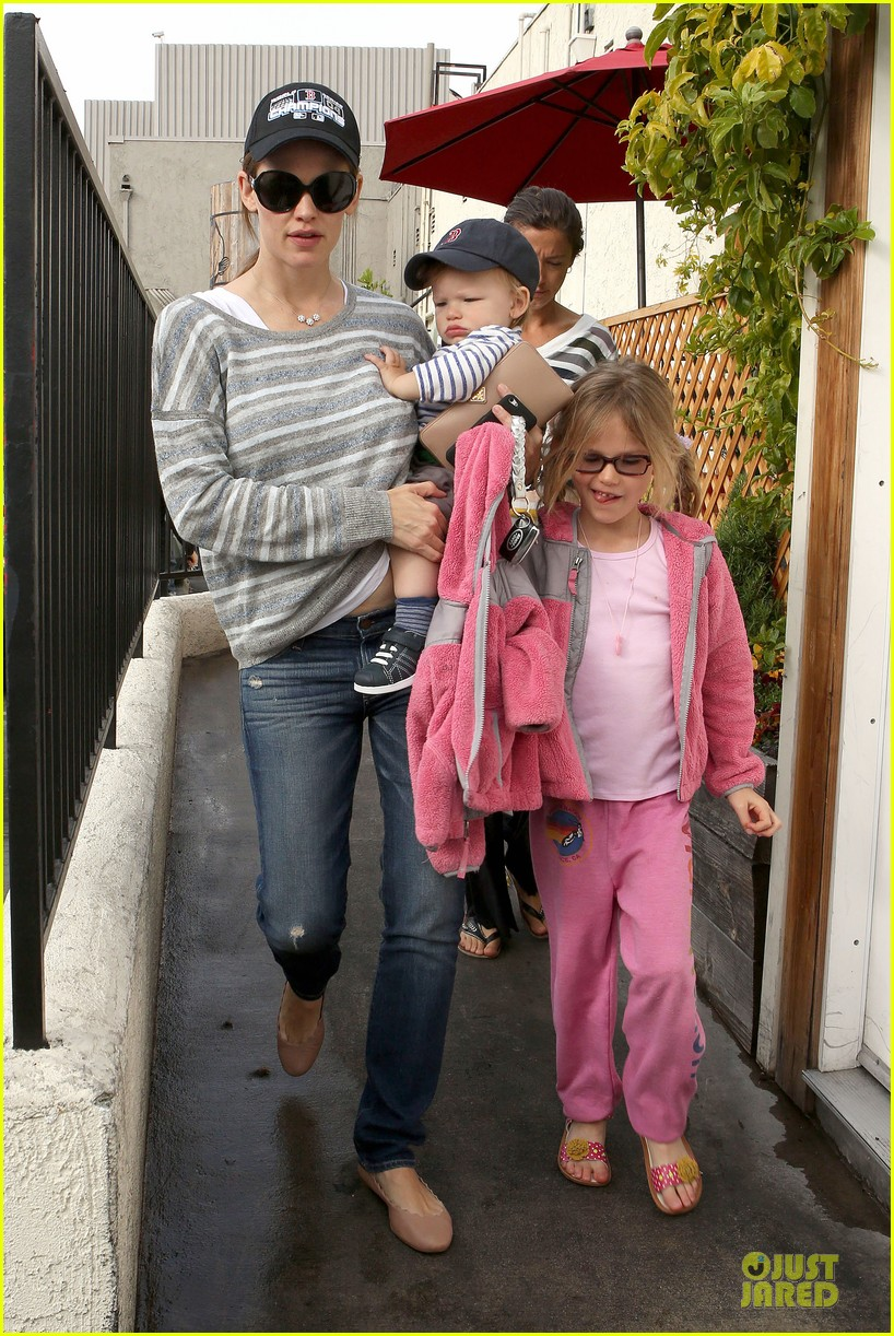 jennifer garner huckleberry breakfast with the kids 08