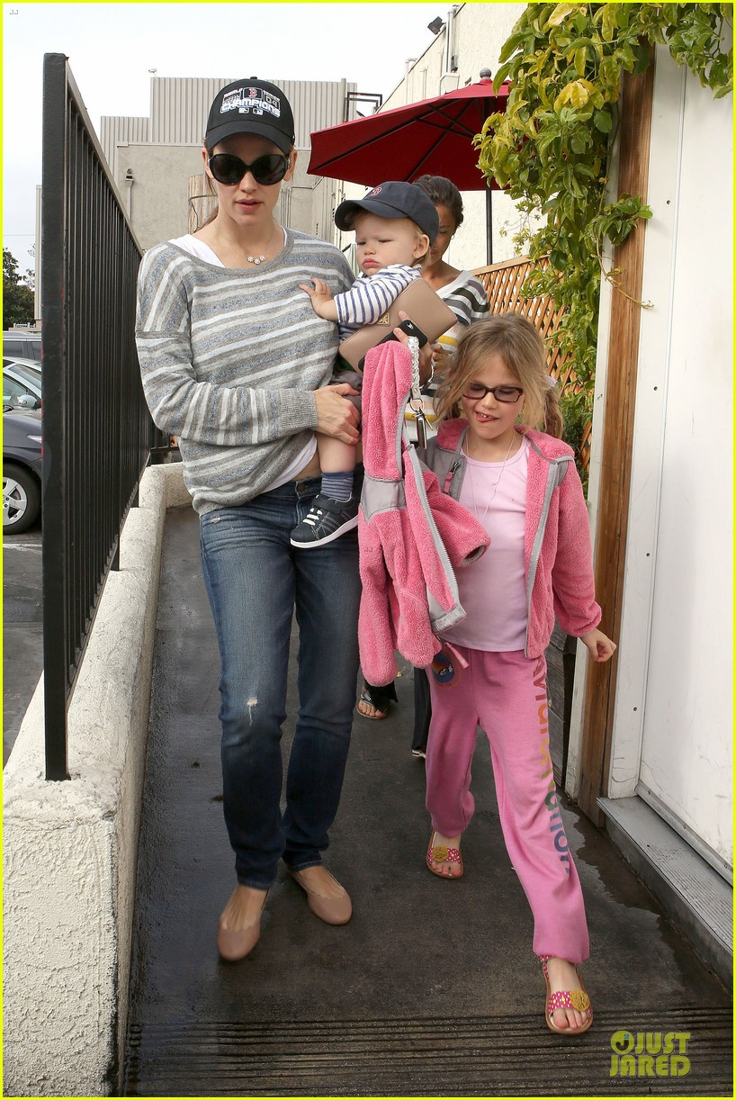 jennifer garner huckleberry breakfast with the kids 16