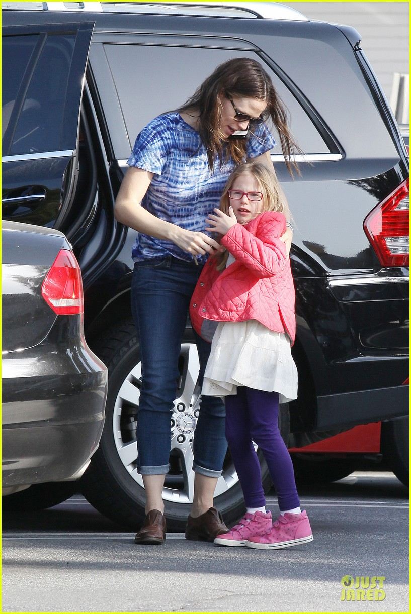 jennifer garner sepate brentwood country mart stops with the girls 03