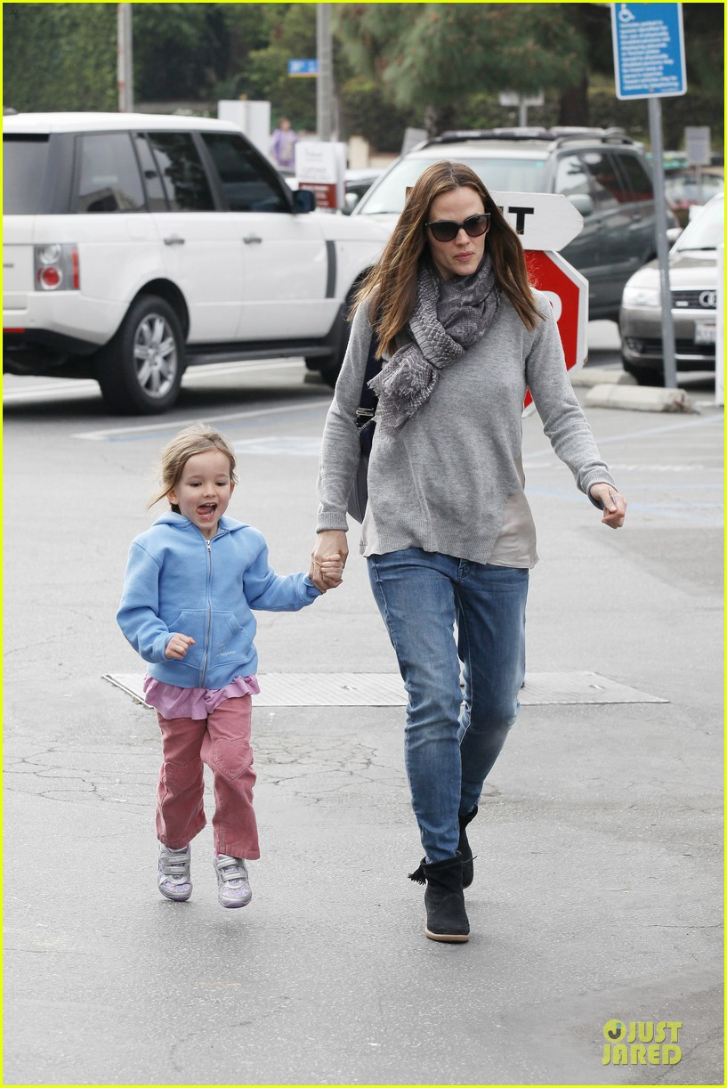 jennifer garner sepate brentwood country mart stops with the girls 05