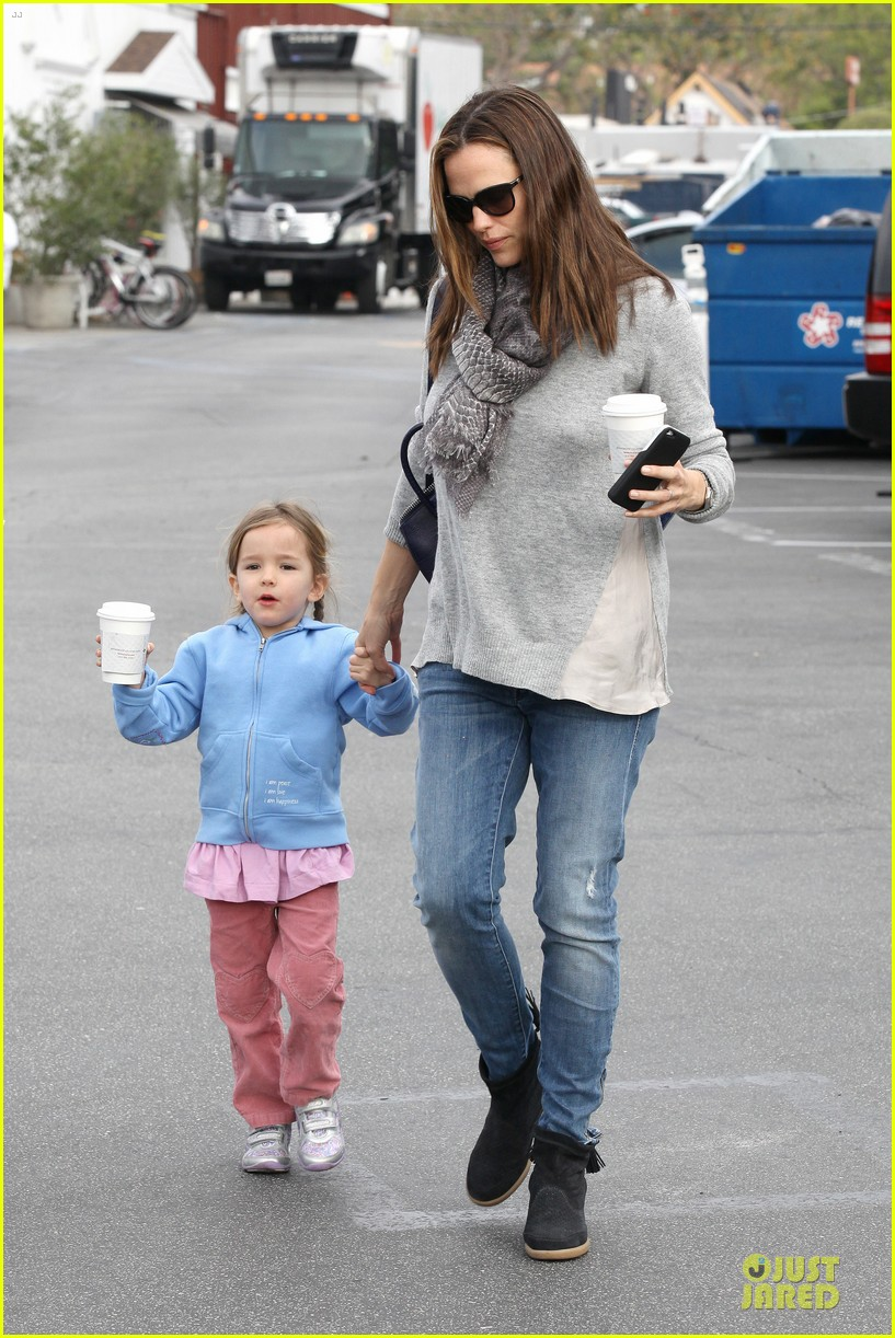 jennifer garner sepate brentwood country mart stops with the girls 06