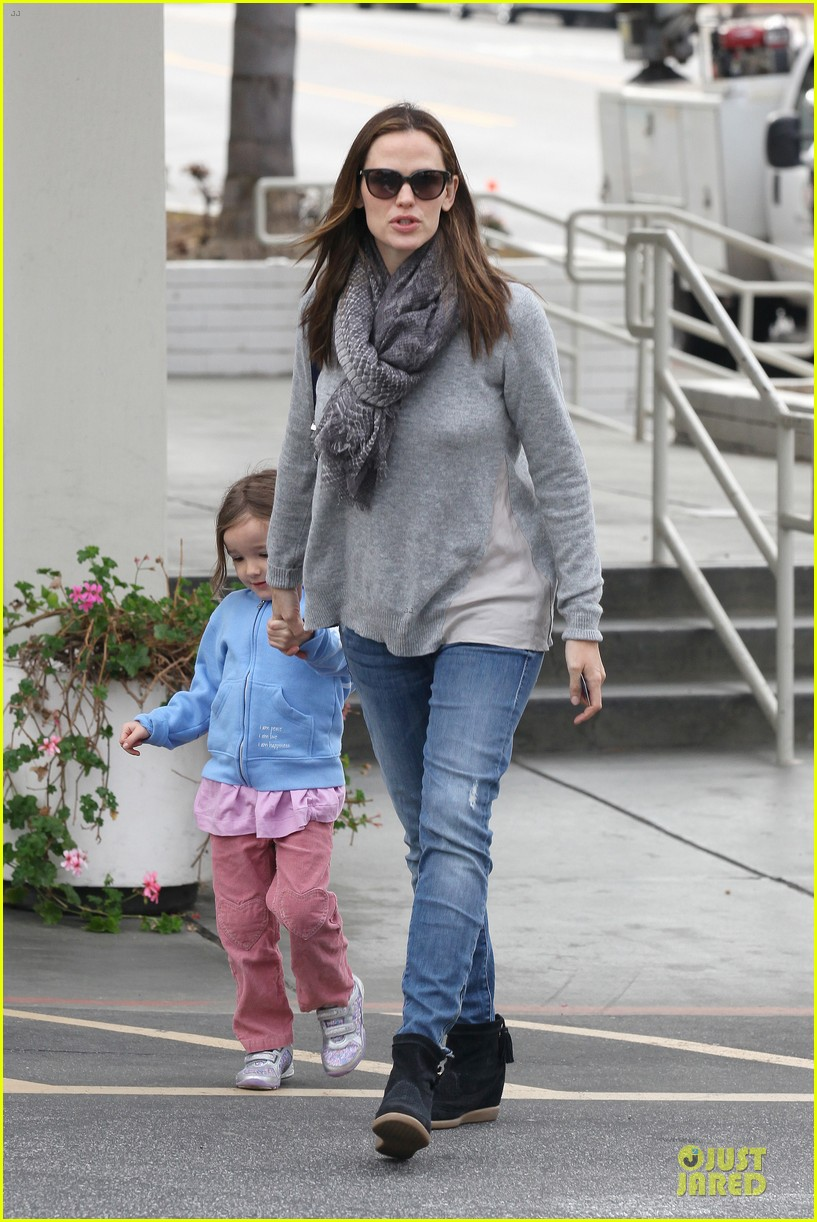 jennifer garner sepate brentwood country mart stops with the girls 12