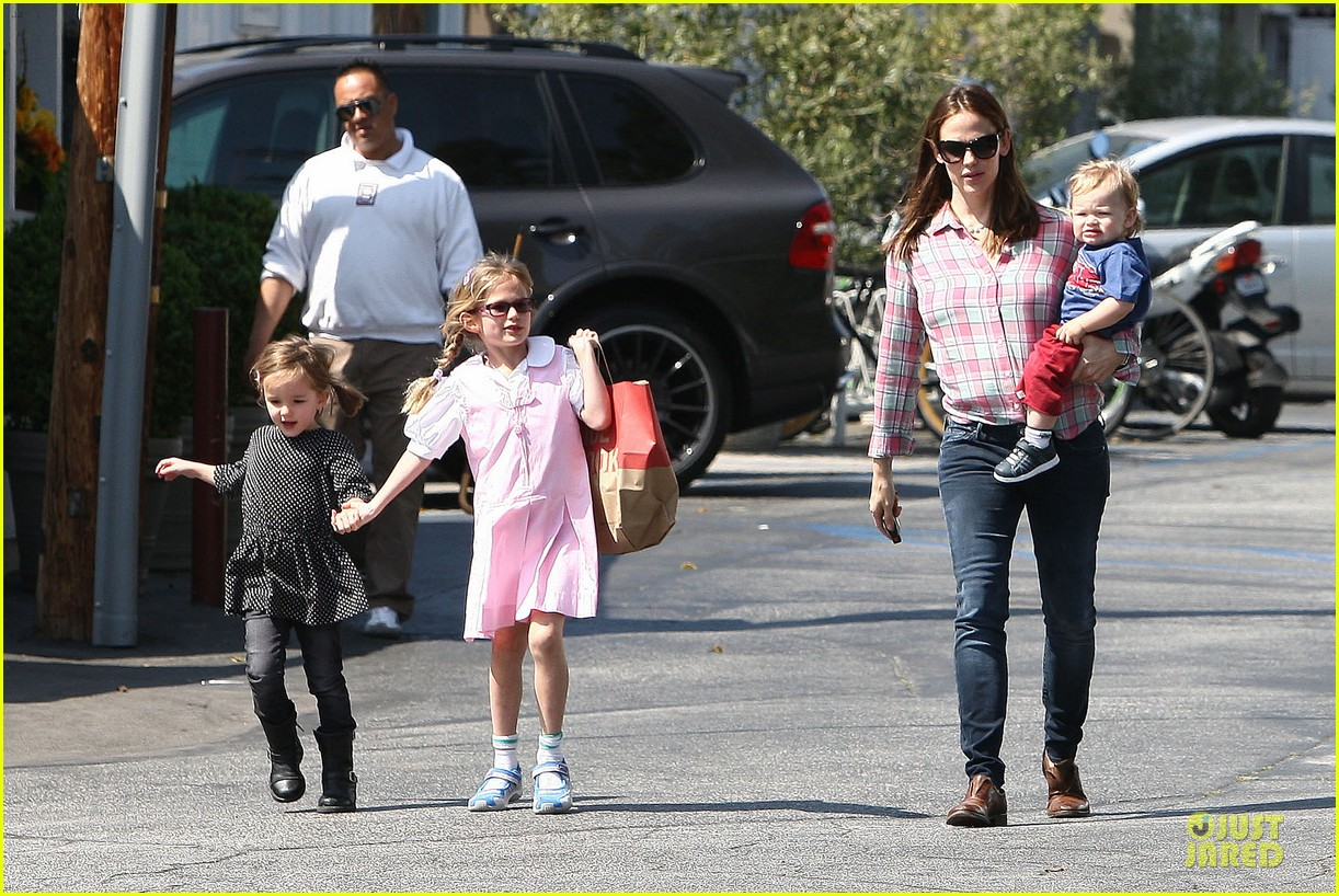 jennifer garner tavern girls night after day with the kids 23