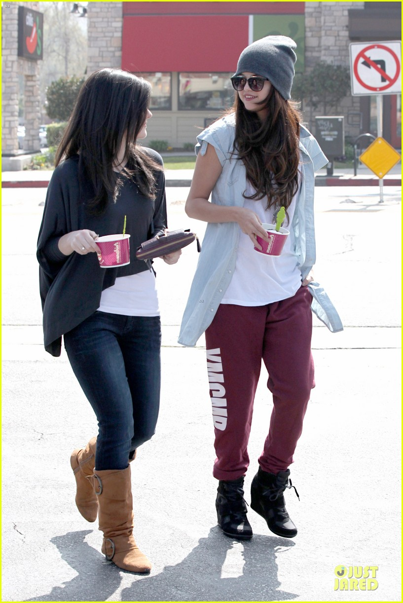 selena gomez frozen yogurt with a gal pal 08