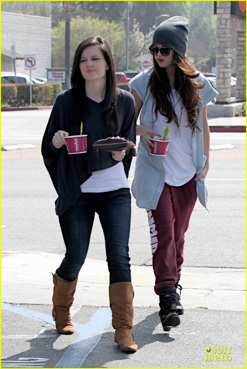 selena gomez frozen yogurt with a gal pal 092825619