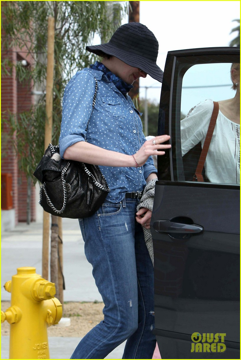 anne hathaway low key cafe gratitude lunch 04