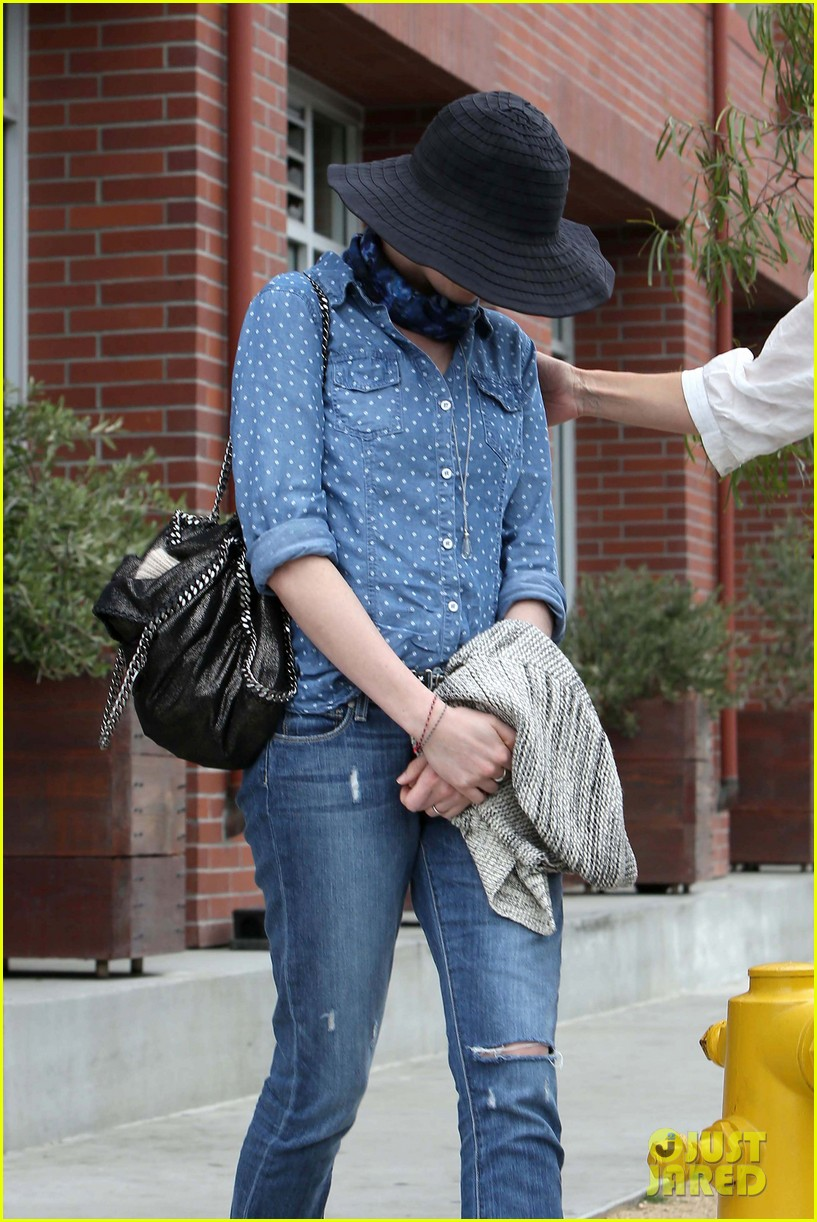 anne hathaway low key cafe gratitude lunch 082834467
