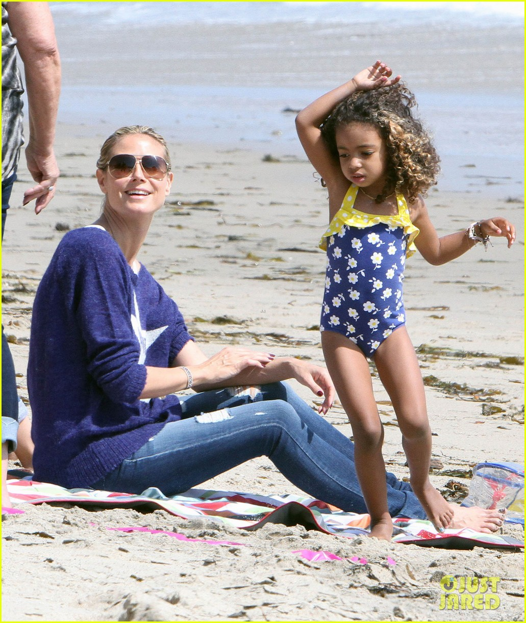 heidi klum beach handstands with leni 192837250