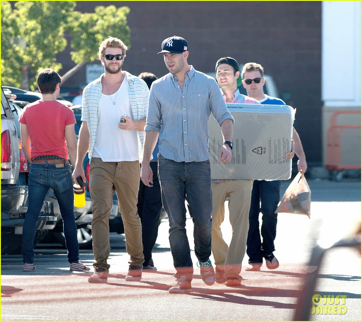 liam hemsworth shops with friends miley cyrus visits studio 09