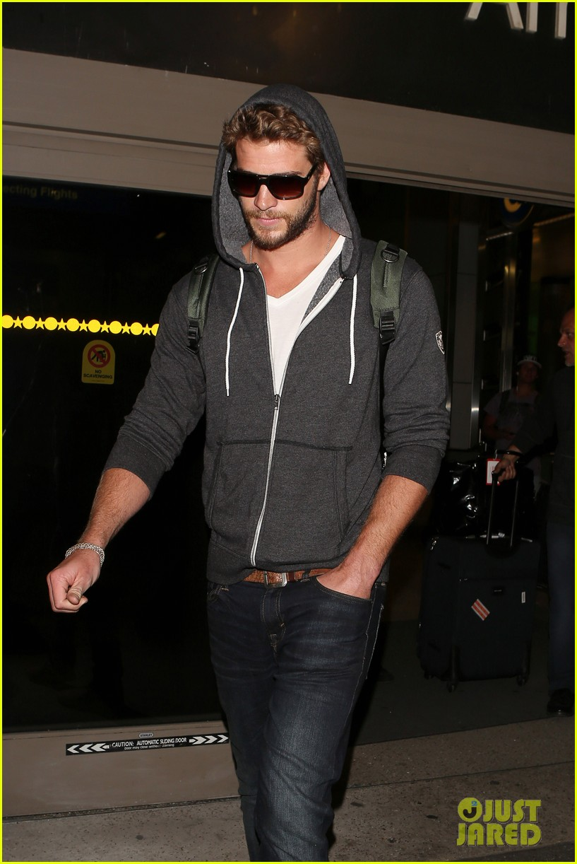 liam hemsworth lands in los angeles miley cyrus twerks 08