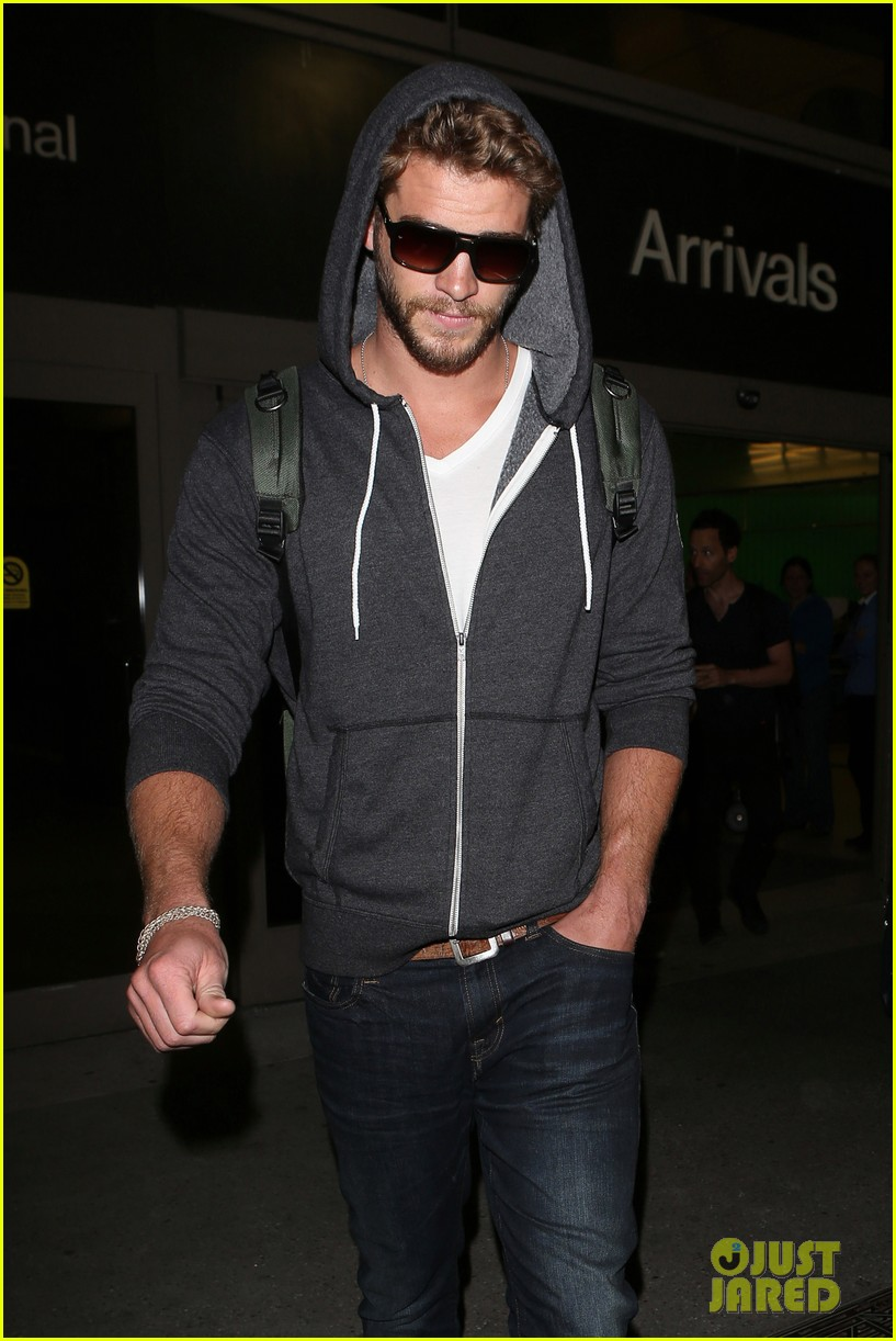 liam hemsworth lands in los angeles miley cyrus twerks 102834919