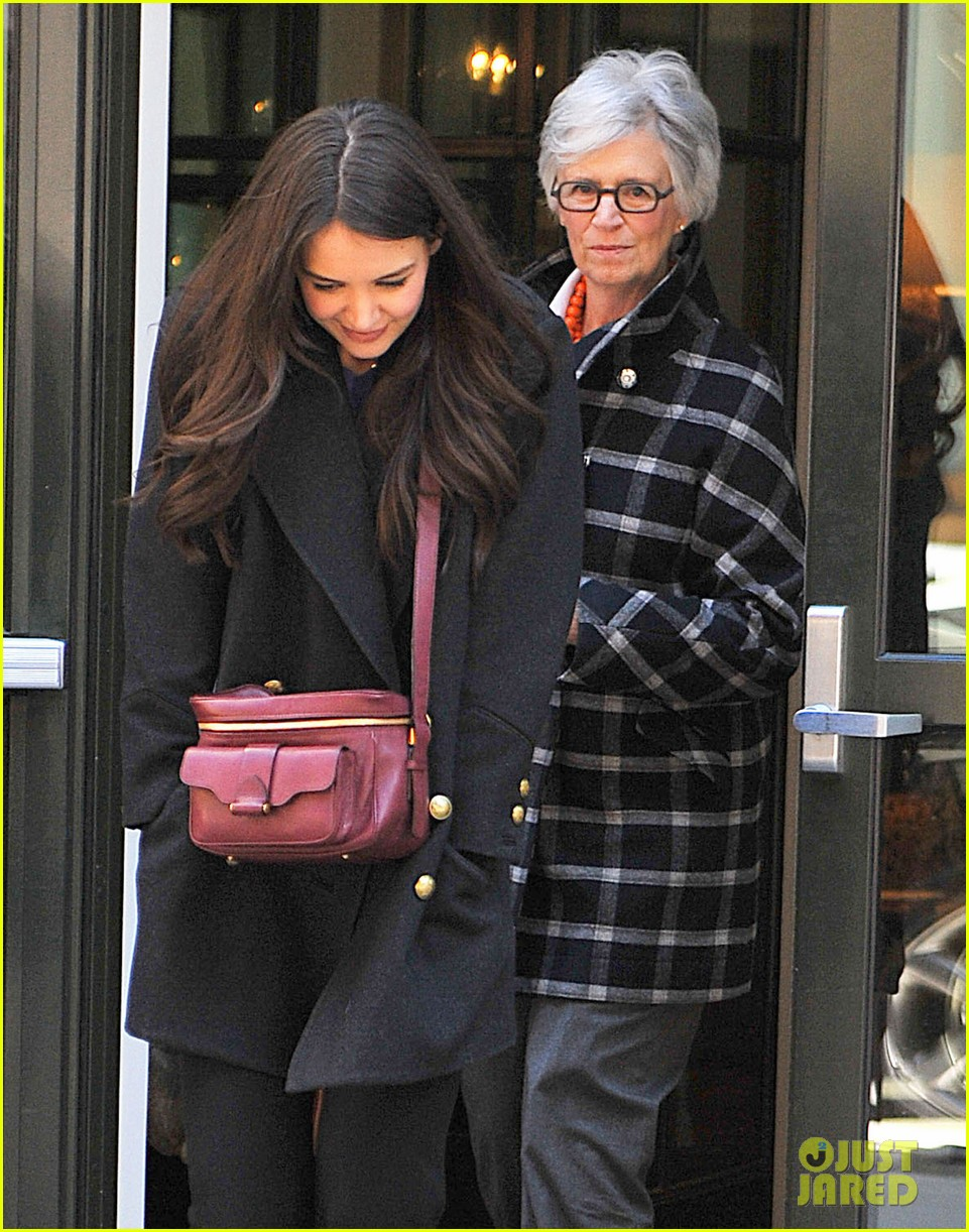 katie holmes lunch date with mom 03
