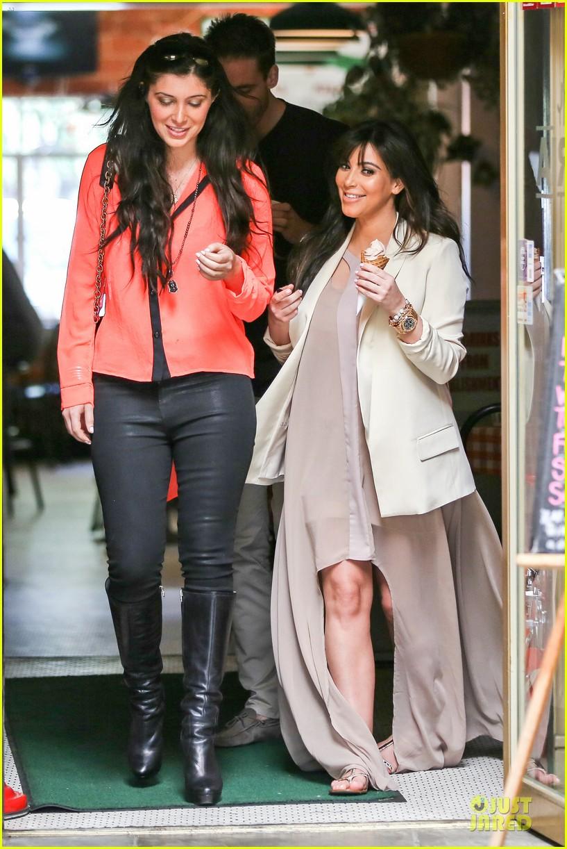 kim kardashian atlanta landing for temptation premiere 06