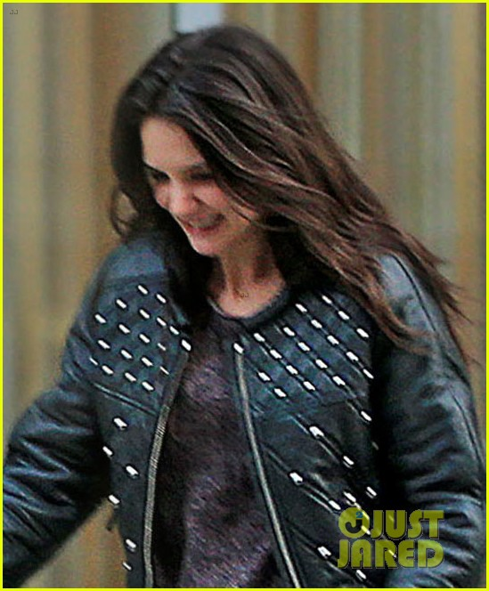katie holmes runs after suri 05