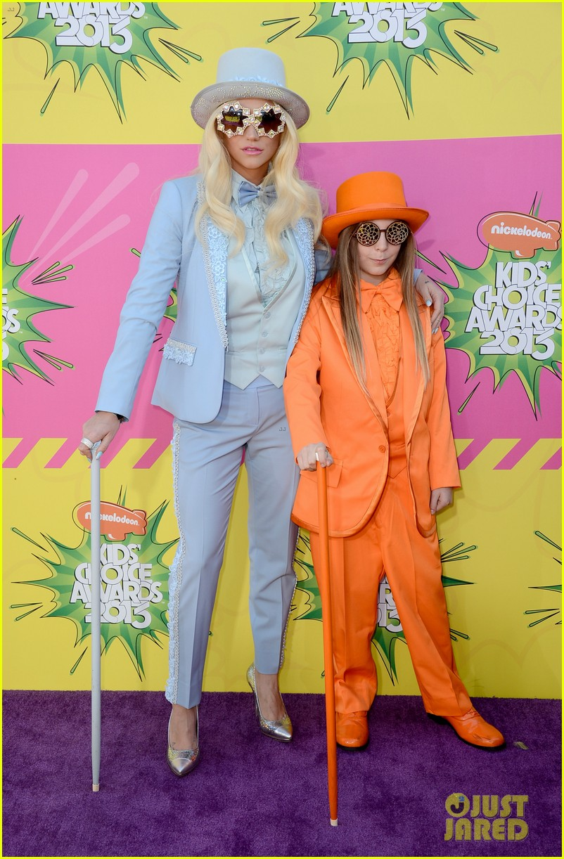 kesha louie sebert kids choice awards 2013 red carpet 012836444