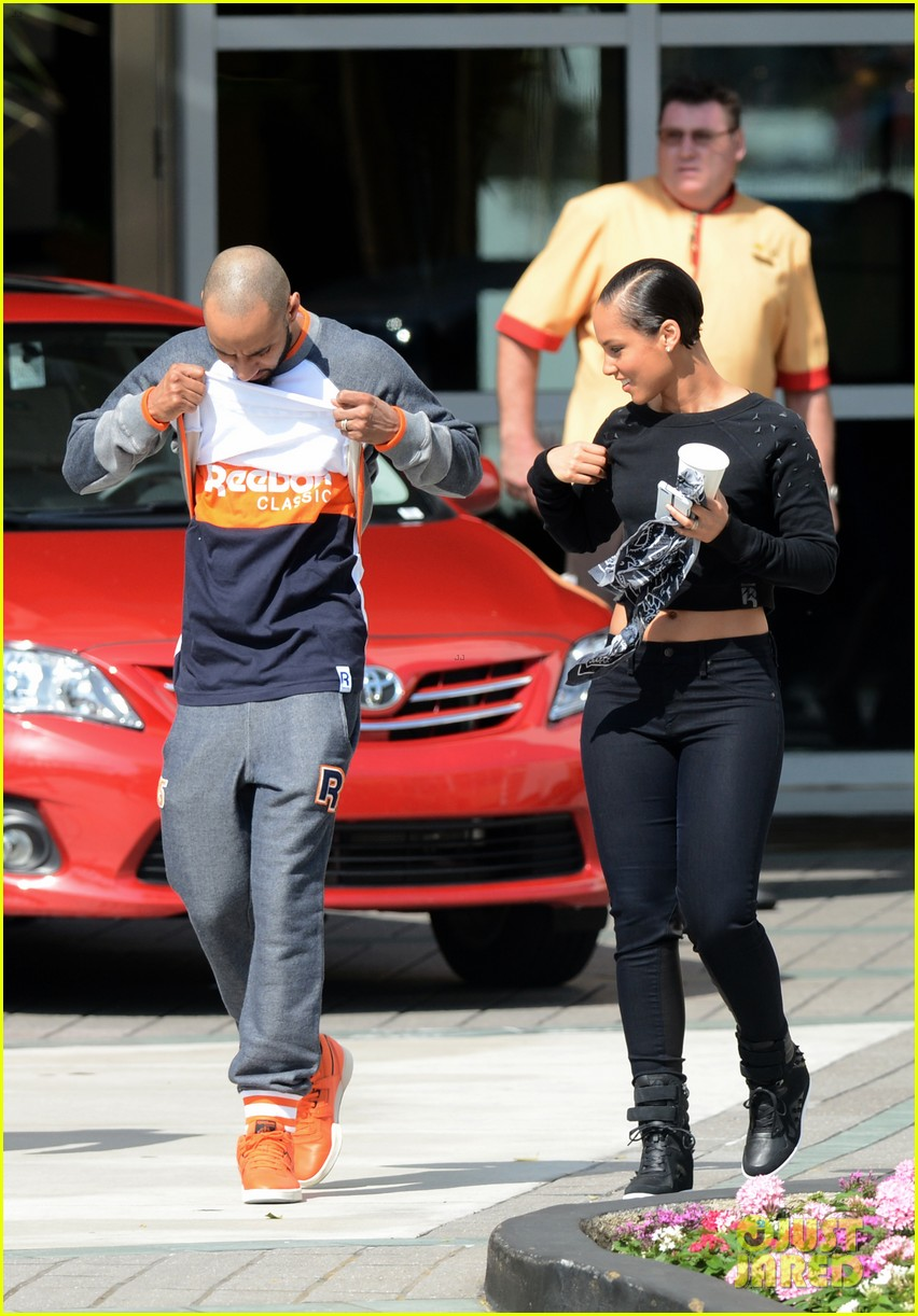 alicia keys swizz beatz holding hands in miami 06