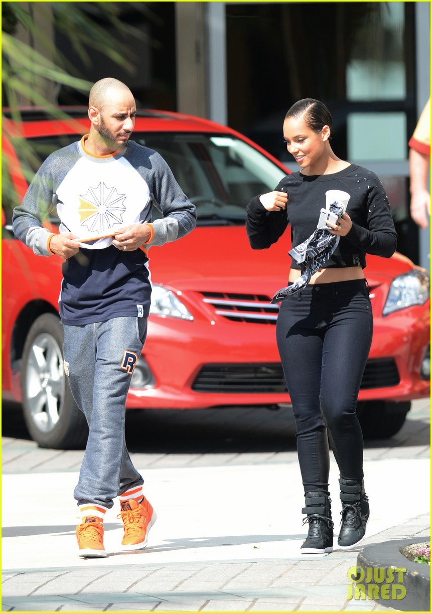 alicia keys swizz beatz holding hands in miami 082837778