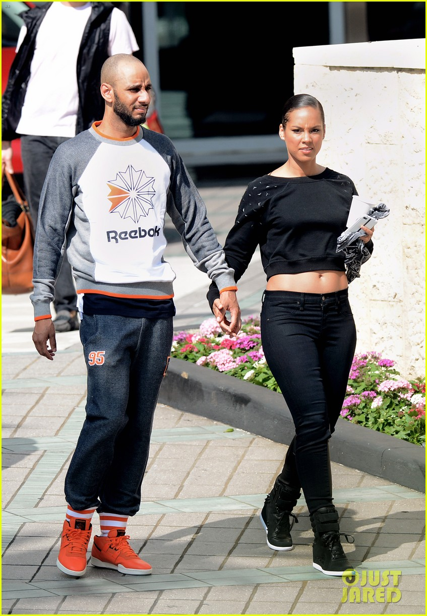 alicia keys swizz beatz holding hands in miami 17