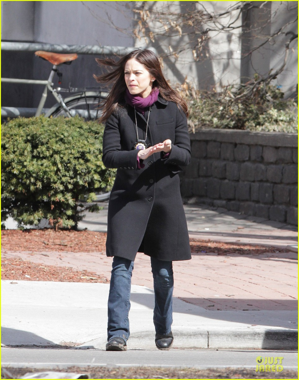 kristin kreuk gun carrying beauty and the beast scene 032838013