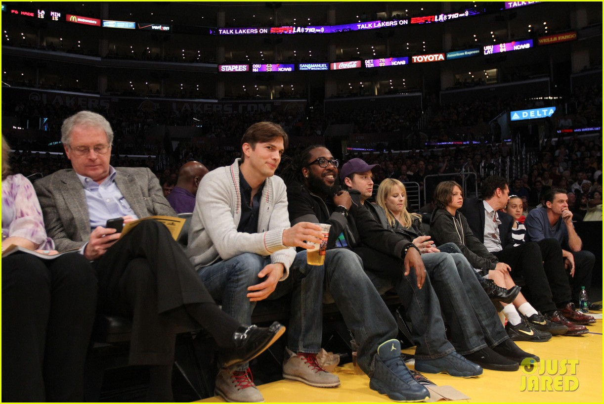 ashton kutcher court side lakers game 032823053