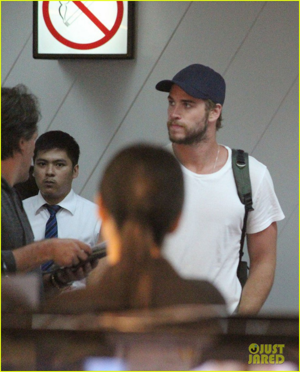 liam hemsworth leaves manila miley cyrus tweets engagement ring pic 02