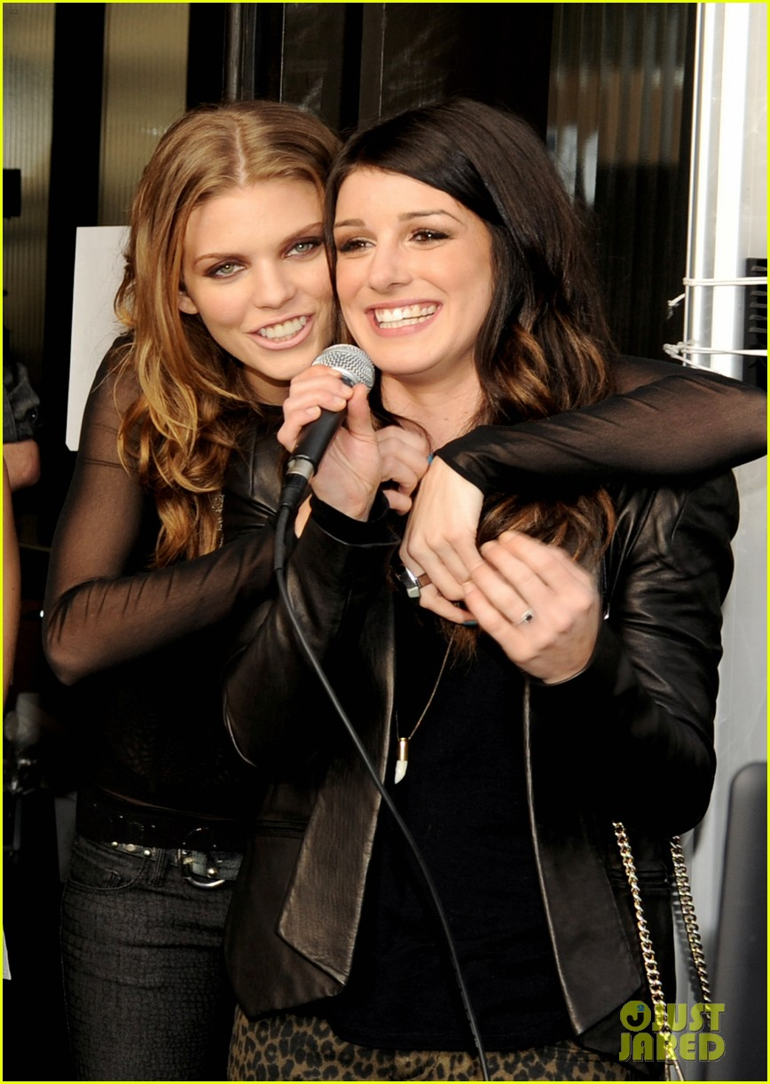 annalynne mccord shenae grimes 90210 wrap party 02