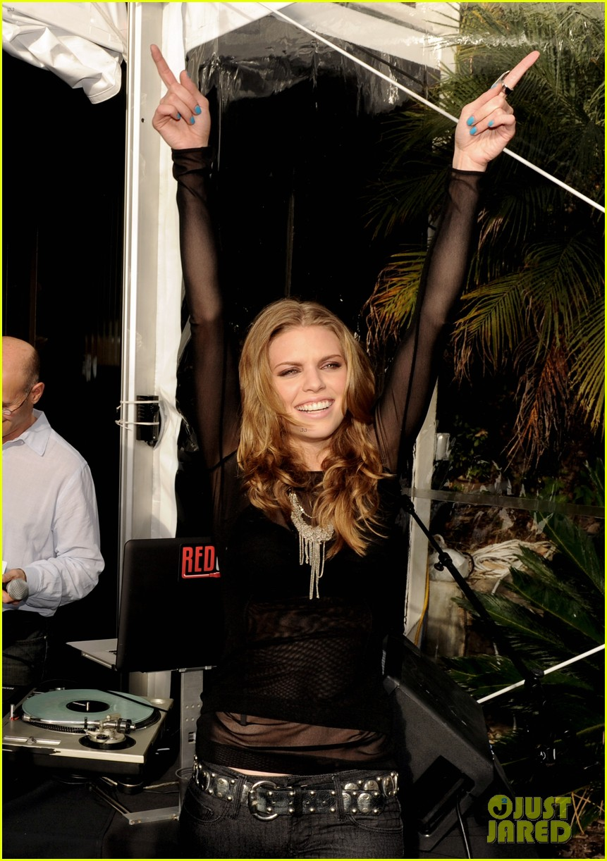 annalynne mccord shenae grimes 90210 wrap party 05