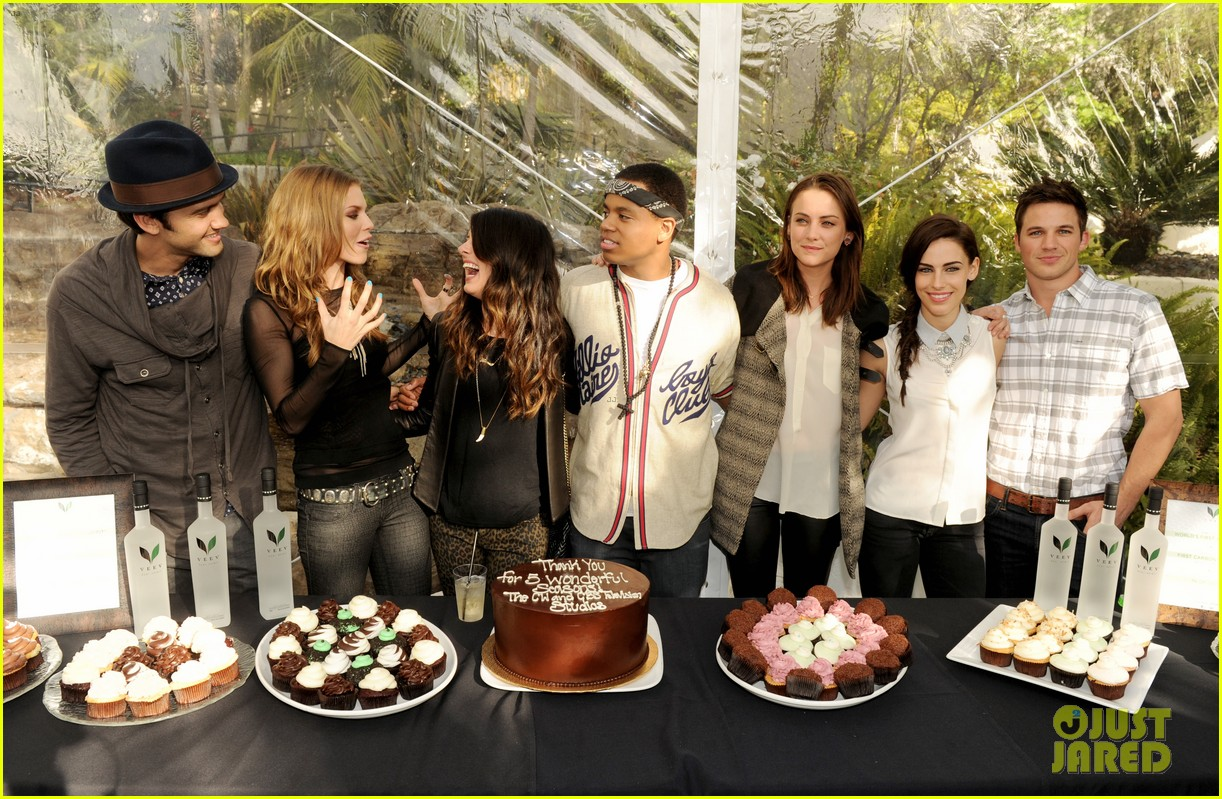 annalynne mccord shenae grimes 90210 wrap party 19