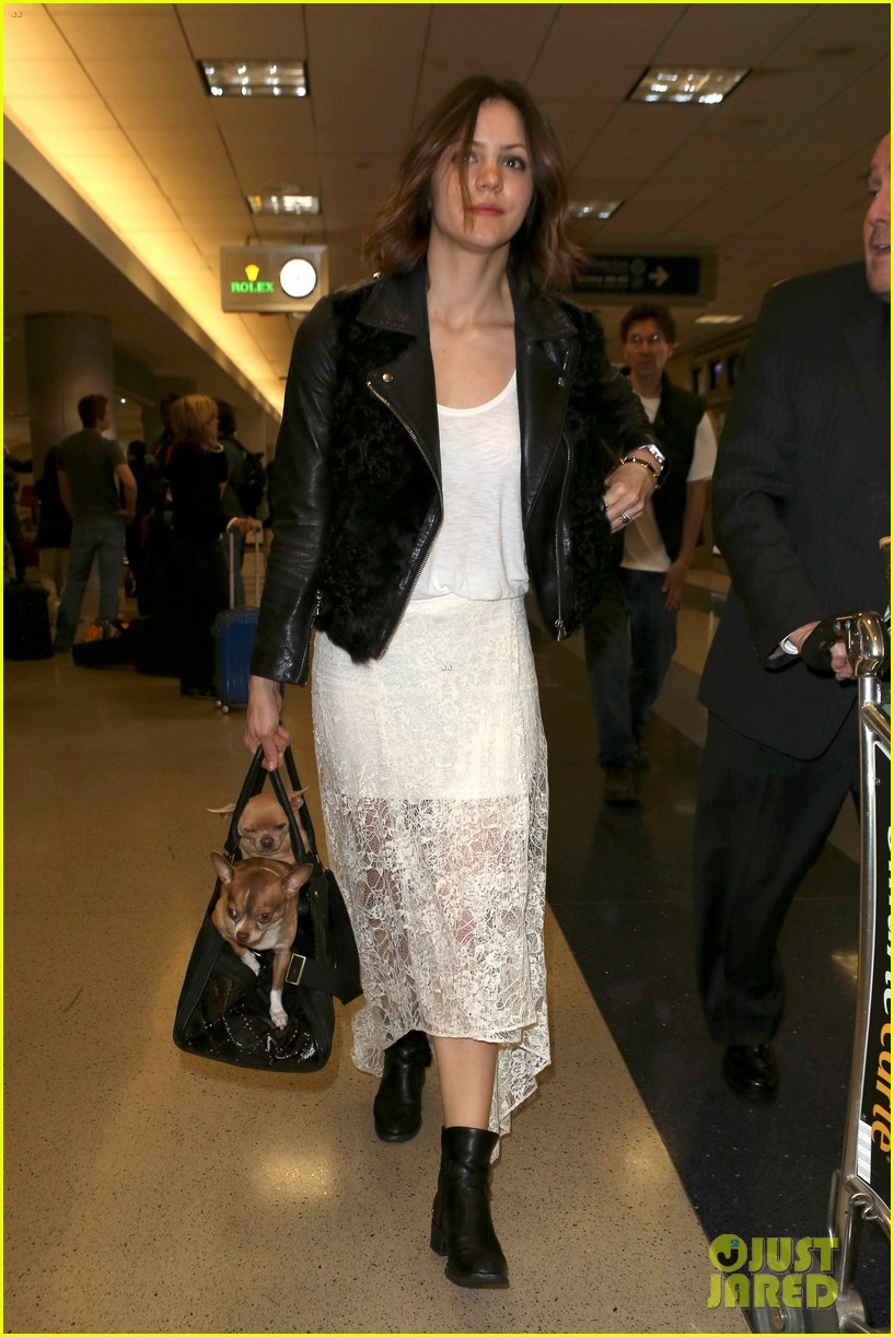katharine mcphee double puppy purse at airport 01
