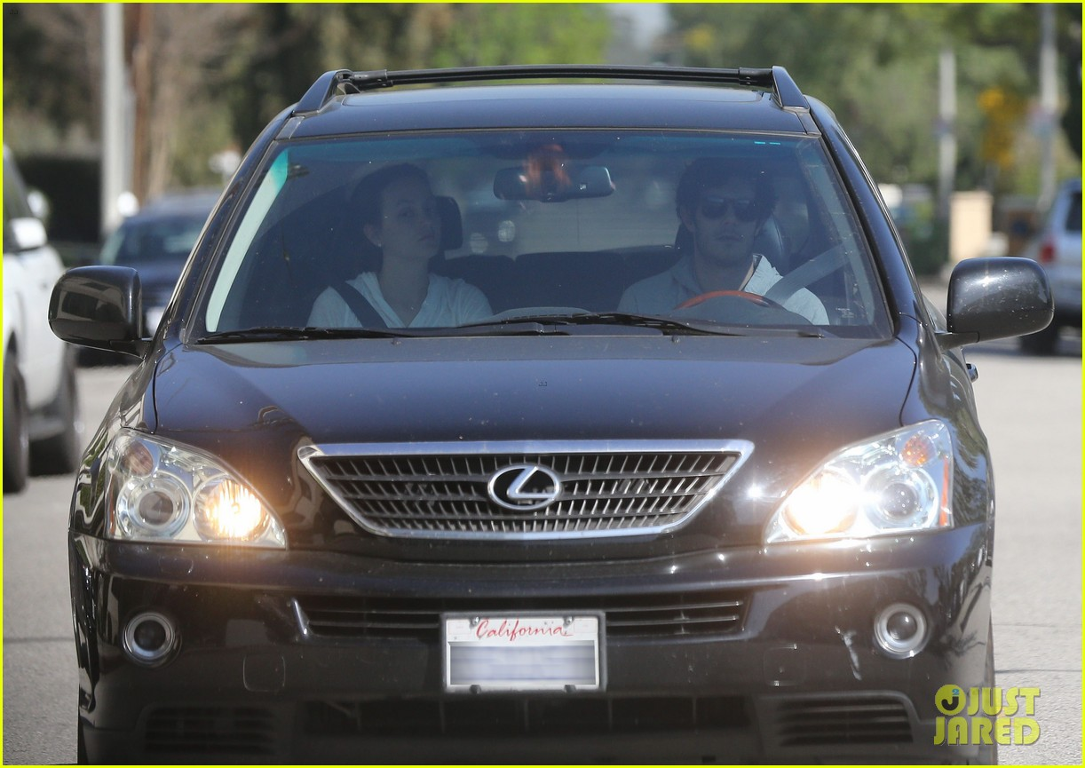 leighton meester adam brody early morning drive 05