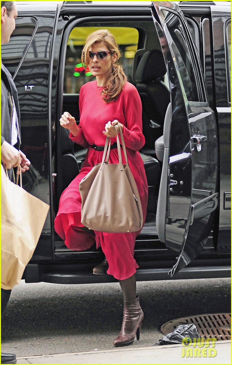 eva mendes lady in pink 062829284