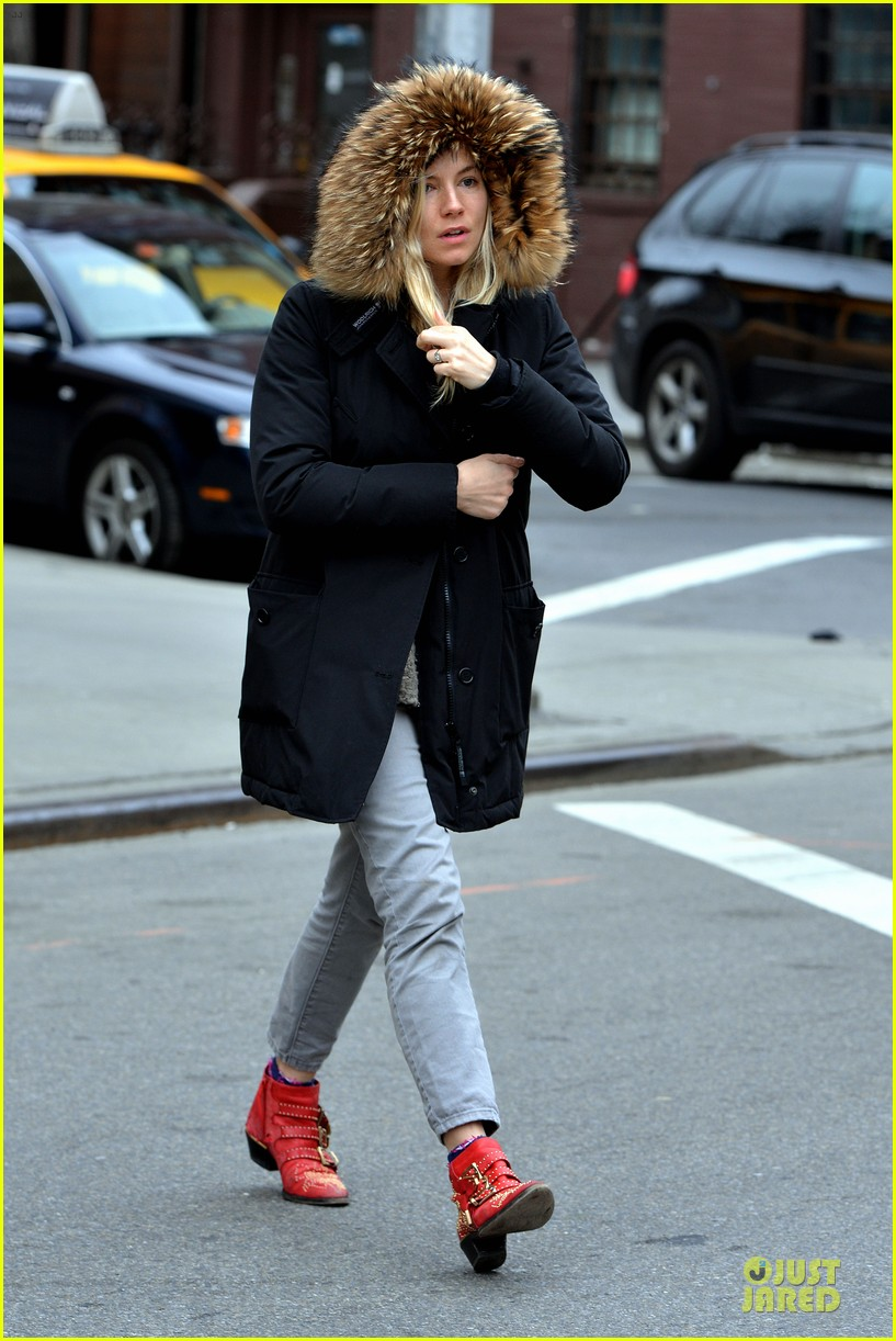 sienna miller red hot stroll in the big apple 01