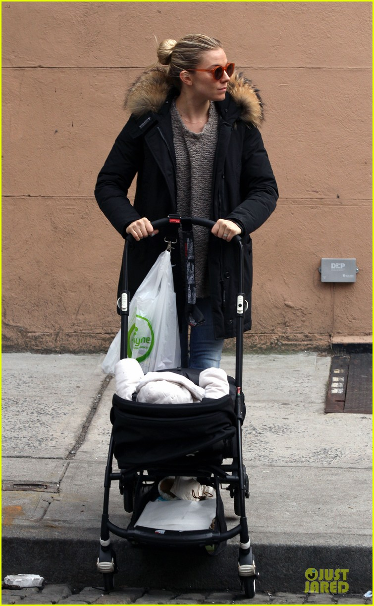 sienna miller stroller pushing with marlowe 06