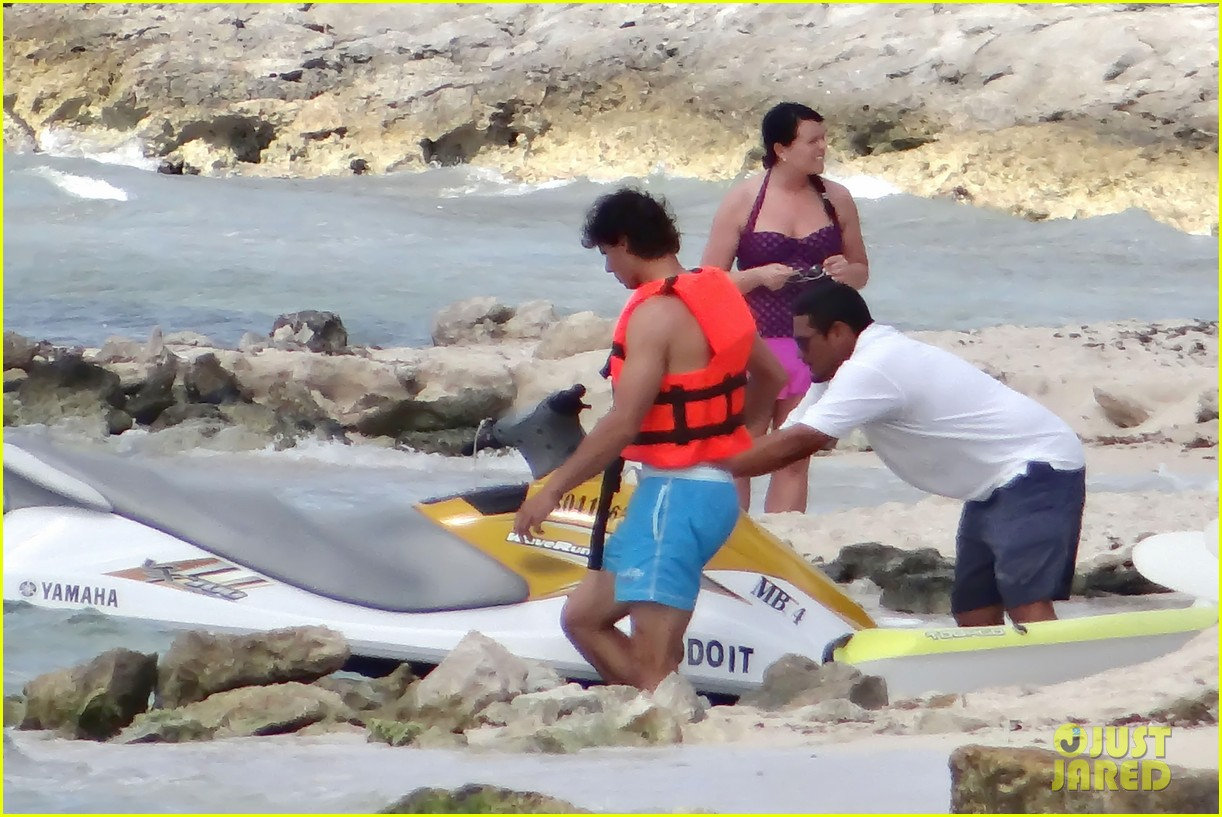 rafael nadal shirtless beach vacation with maria perrello 15