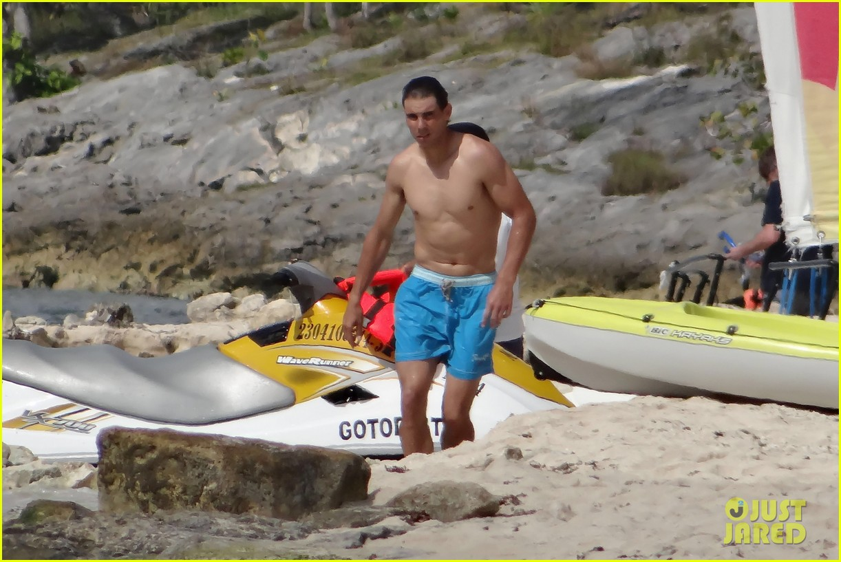 rafael nadal shirtless beach vacation with maria perrello 19