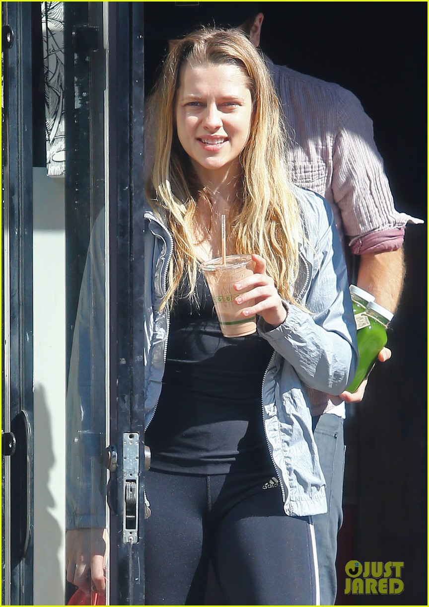 teresa palmer grabs smoothies with mark webber 042822785