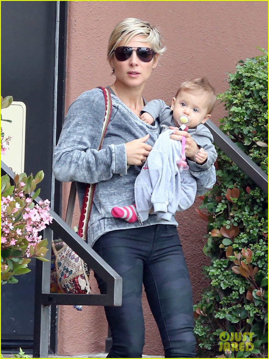 elsa pataky india mommy daughter errands 14