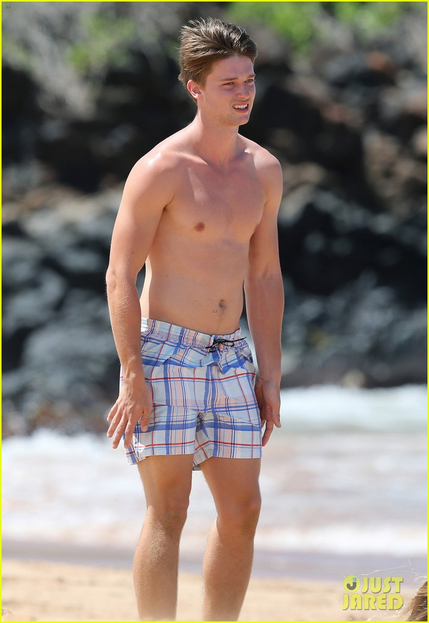 shirtless patrick schwarzenegger kissing taylor burns 15