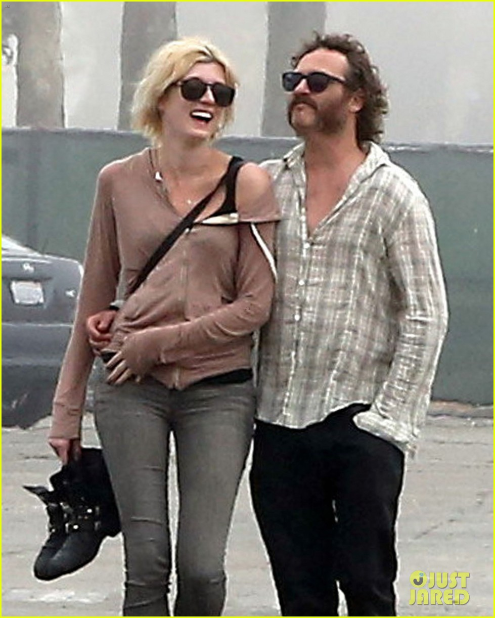 joaquin phoenix barefoot stroll in venice with heather christie 04