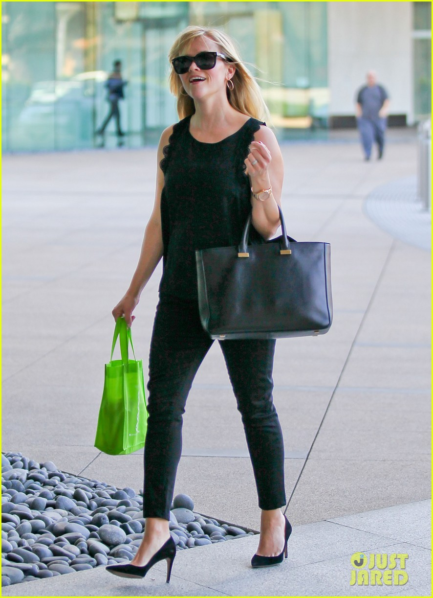 reese witherspoon smiley business meeting mom 03